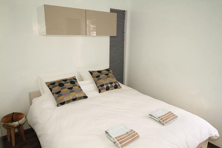 Overnachten op het water in een moderne boatlodge - Volwassen slaapkamer arrangement ...